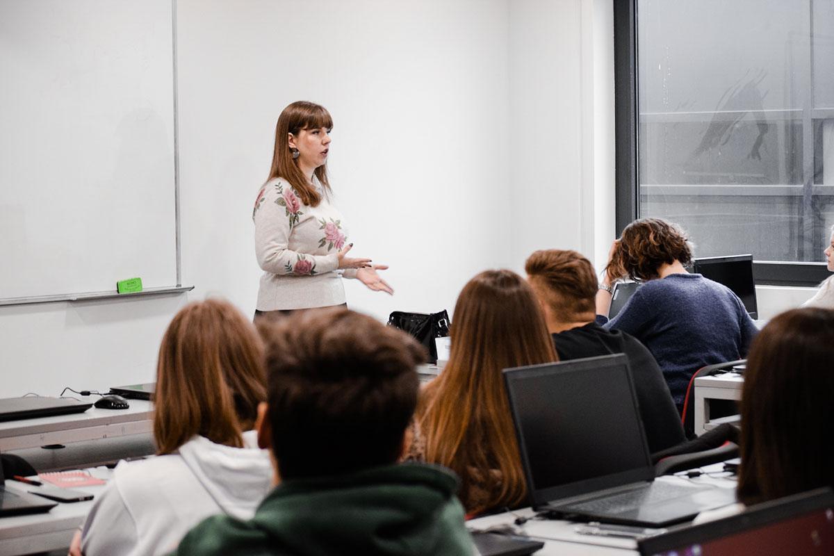 Srednjoškolci na predavanju o programiranju